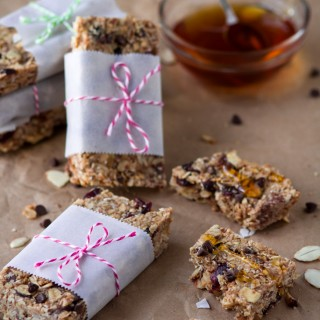 Healthy peanut butter & honey granola bars. Healthier alternative to a store-bought energy and granola bars. Simple, customizable, delicious and homemade.